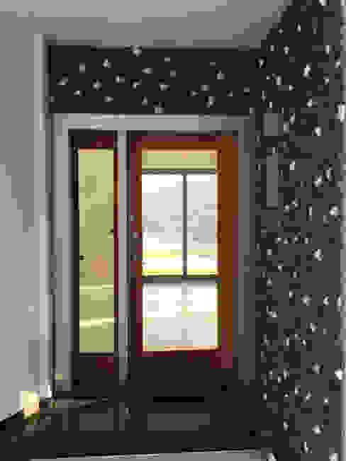 Modern corridor, hallway & stairs by SAYTAS SABUNCUOGLU YAPI VE TIC.LTD.STI. Modern