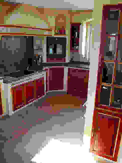 Dekorativer Seitenschränke, die den Hohlraum der Mauern ausnutzen und Platz für Gläser und Flaschen bieten, sind nur eines der Highlights, die in einer Villa Medici Küche realisiert werden:  Küche von Villa Medici - Landhauskuechen aus Aschheim,