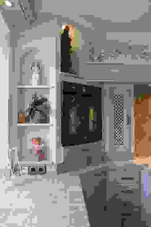Gemauerte Küche mit Bogennischen und rustikalen Geräten Mediterrane Küchen von Villa Medici - Landhauskuechen aus Aschheim Mediterran Fliesen