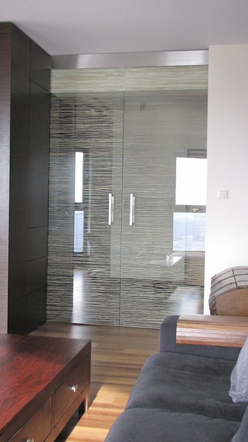 Glass door with grass Madagascar من Glass Decorator