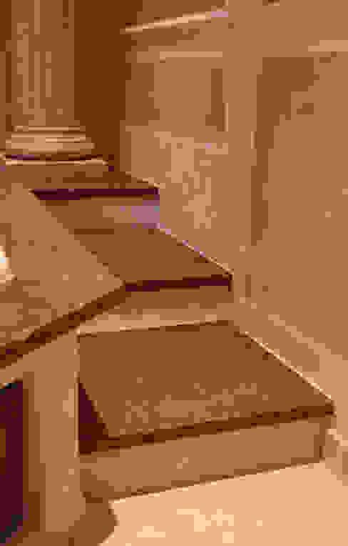 Antikmarmorstufen in rosso Verona Antikmarmor Villa Medici - Landhauskuechen aus Aschheim Mediterrane Badezimmer Marmor Beige