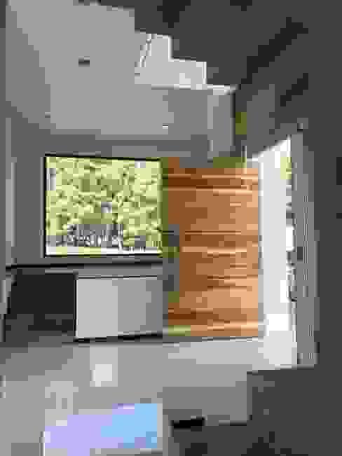 Pasillos, vestíbulos y escaleras de estilo moderno de Arki3d Moderno