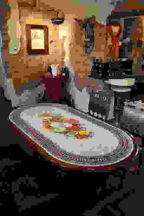 Stół mozaikowy. od Mosaico Arte e Mestieri - Pracownia mozaiki artystycznej Śródziemnomorski Drewno O efekcie drewna