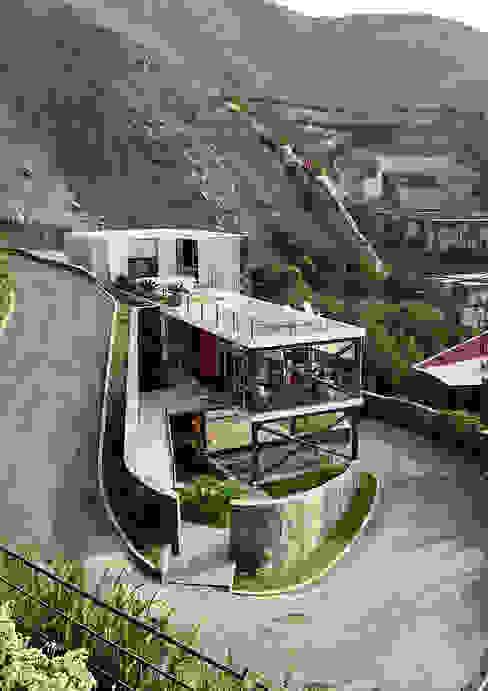 Maisons modernes par NIKOLAS BRICEÑO arquitecto Moderne