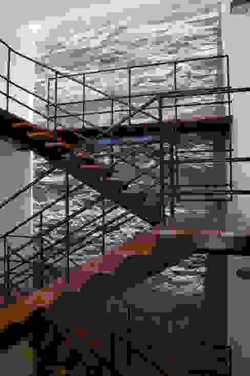 CASA RODEADA: Pasillos y vestíbulos de estilo  por NIKOLAS BRICEÑO arquitecto, Moderno