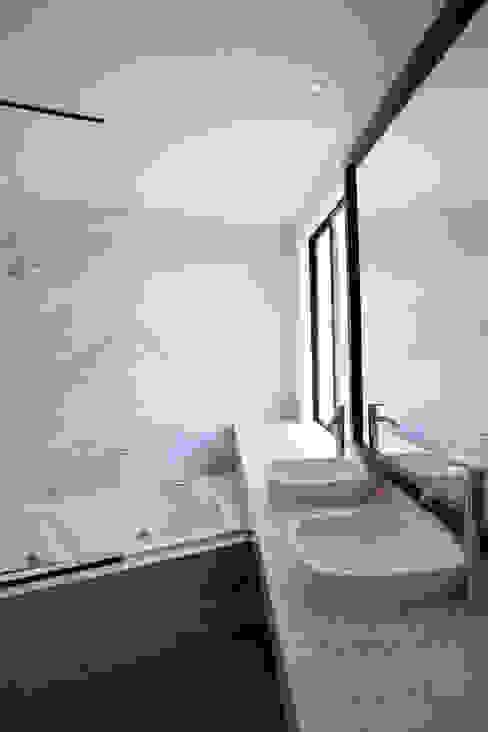 CASA RODEADA: Baños de estilo  por NIKOLAS BRICEÑO arquitecto, Moderno