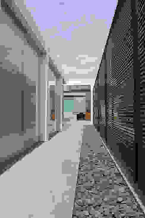 NIKOLAS BRICEÑO arquitecto Modern corridor, hallway & stairs