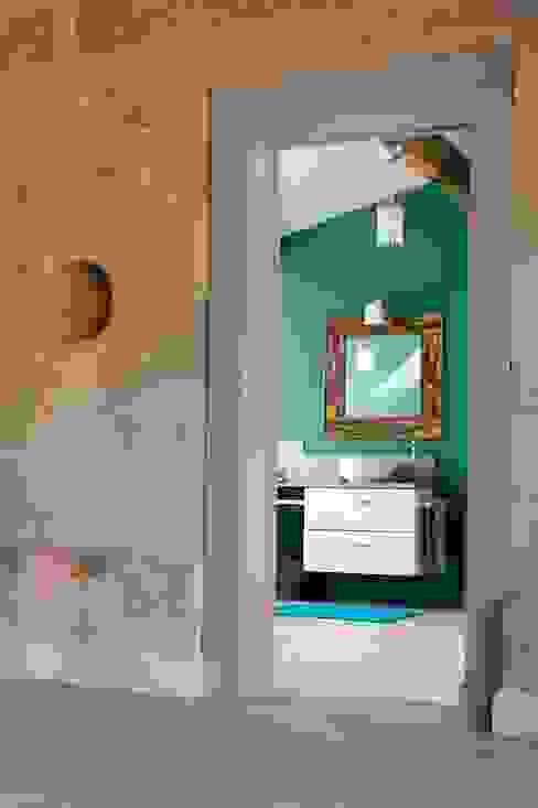 Réhabilitation d'une bâtisse ancienne Salle de bain rustique par Agence boÔbo Rustique