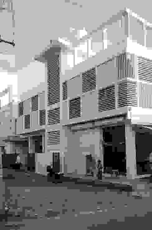 Exterior Skin Modern houses by BETWEENLINES Modern