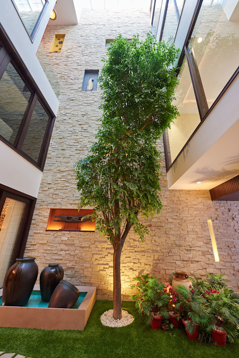 A courtyard house Modern Corridor, Hallway and Staircase by eSpaces Architects Modern