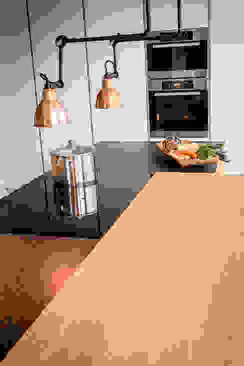 Tischlerküche in Eiche und Granit Moderne Küchen von ApM-media Modern