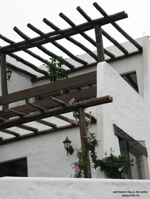 Balcone, Veranda & Terrazza in stile coloniale di Antonio Milla De León Arquitecto Coloniale