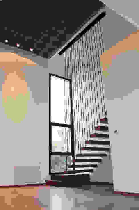 Modern corridor, hallway & stairs by Estudio .m Modern