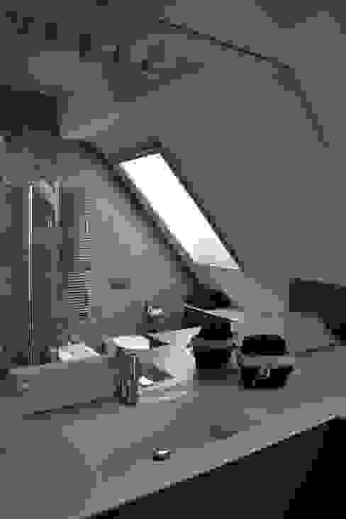 Appartamento Milano Naviglio Bagno moderno di DCA Studio - Davide Carelli Architetto Moderno