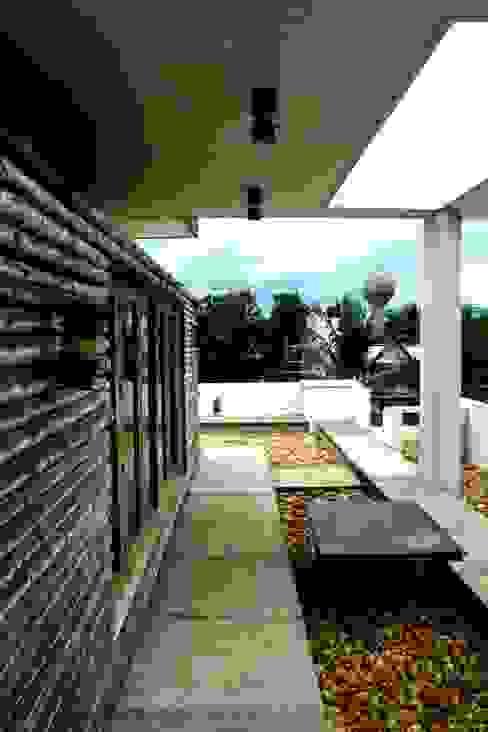 Exterior Dining Modern balcony, veranda & terrace by BETWEENLINES Modern