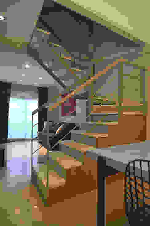 Gurruchaga: Pasillos y recibidores de estilo  por Matealbino arquitectura