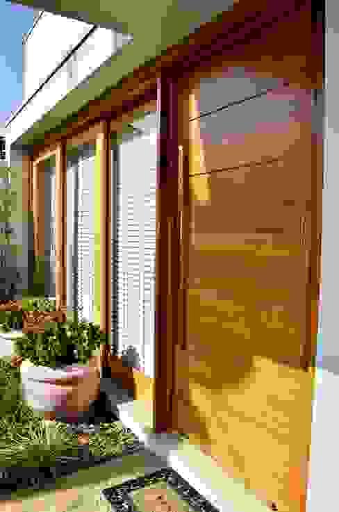現代房屋設計點子、靈感 & 圖片 根據 Lozí - Projeto e Obra 現代風