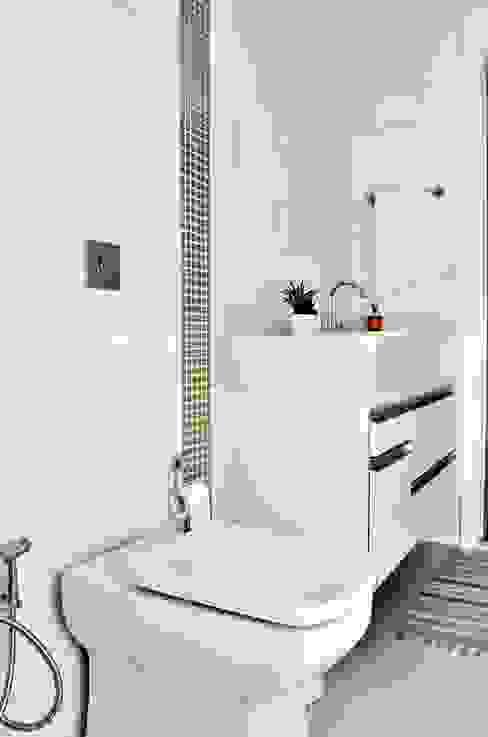 Baños de estilo  por Lozí - Projeto e Obra,