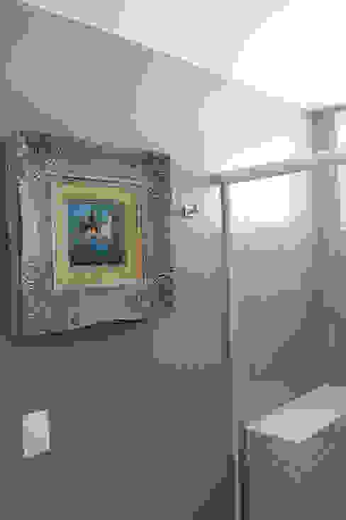 Modern bathroom by Julia Queima Arquitetura Modern