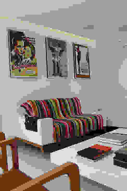 Media room by Julia Queima Arquitetura ,