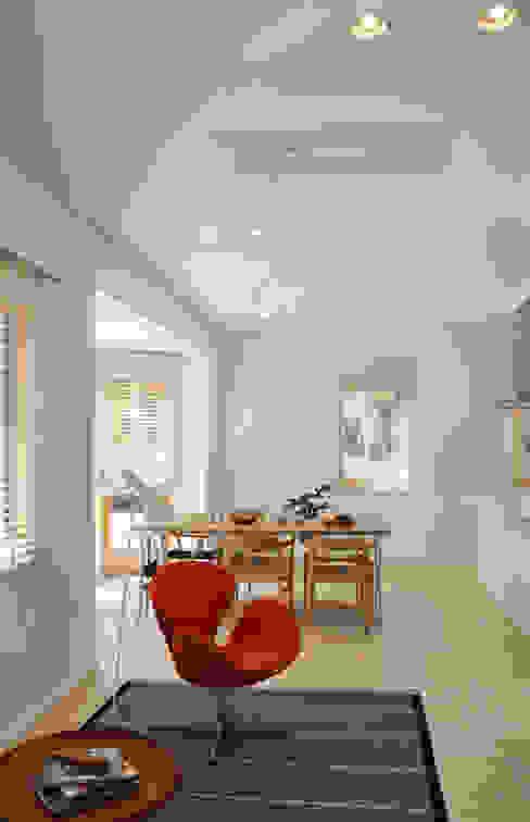 Scandinavian style living room by 株式会社 ヨゴホームズ Scandinavian