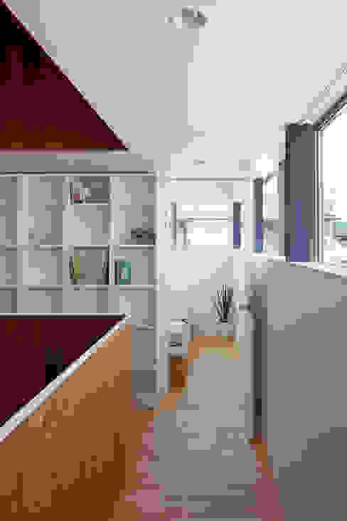 Minimalist corridor, hallway & stairs by 小泉設計室 Minimalist