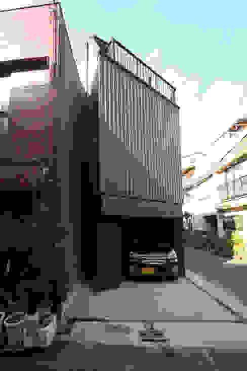 8.8坪の家 – スキップフロアの狭小住宅 – モダンな 家 の atelier m モダン 鉄/鋼