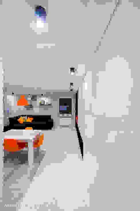 Corredores, halls e escadas minimalistas por Auraprojekt Minimalista