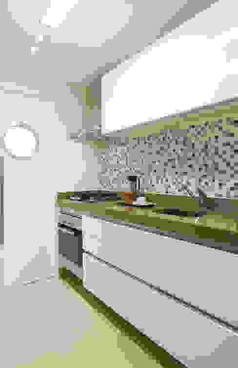 Modern kitchen by Liliana Zenaro Interiores Modern MDF