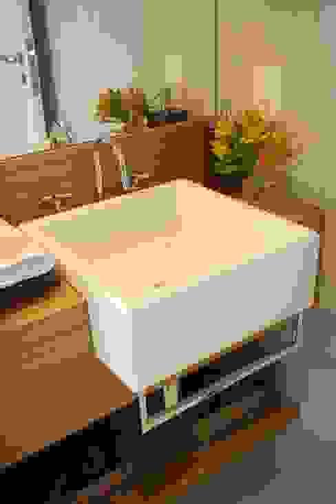 Modern bathroom by Liliana Zenaro Interiores Modern MDF