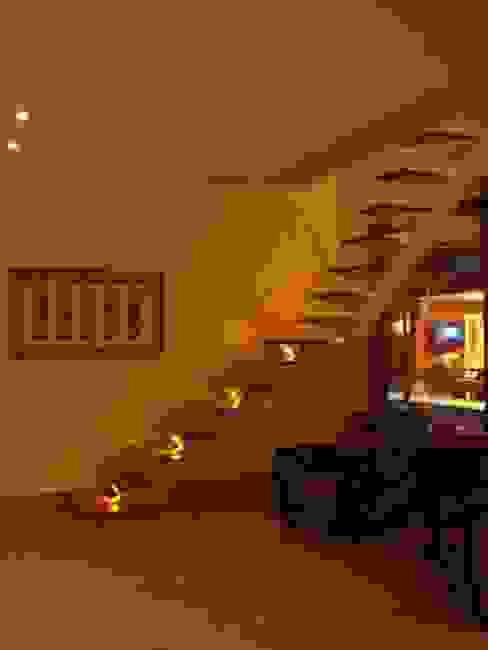 GEA Arquitetura Tropical style corridor, hallway & stairs