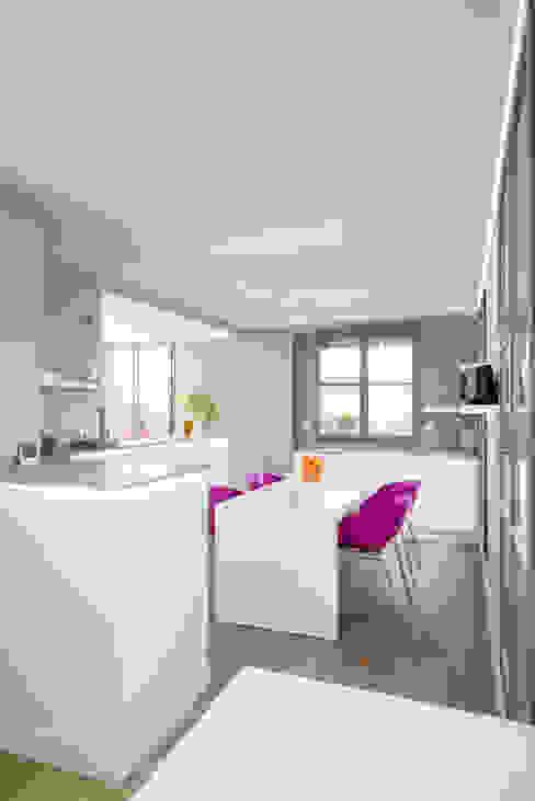 Réhabilitation intérieure et extérieure d'un appartement à la Croix-Rousse (Lyon) Salle à manger moderne par réHome Moderne