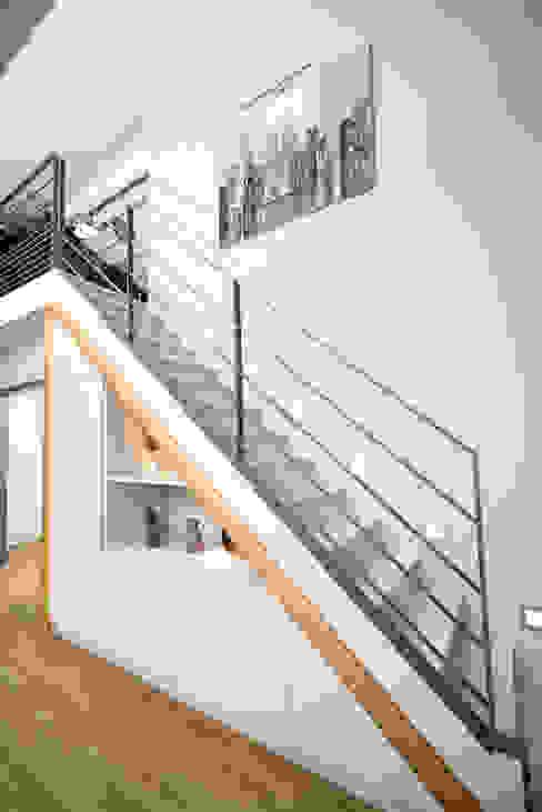 Réhabilitation intérieure et extérieure d'un appartement à la Croix-Rousse (Lyon) Couloir, entrée, escaliers modernes par réHome Moderne