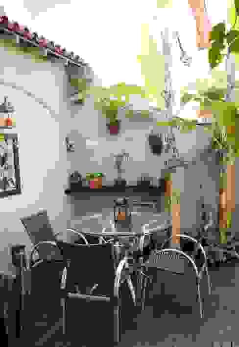 Tropical style garden by ELLIANE FREITAS DESIGN DE INTERIORES Tropical
