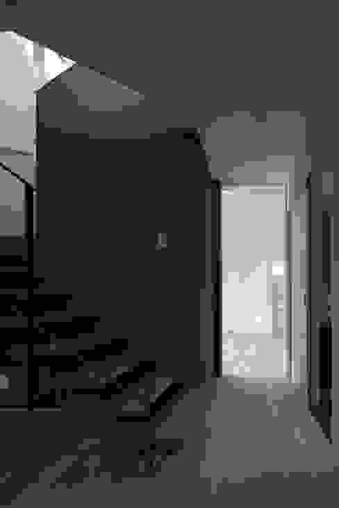 灯台の家: 富谷洋介建築設計が手掛けた廊下 & 玄関です。