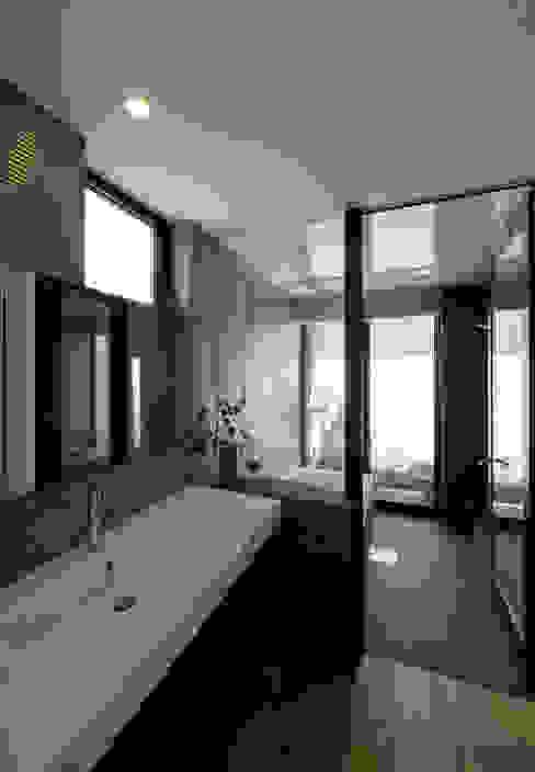 浴室 洗面 モダンな スパ の LIC・山本建築設計事務所 モダン タイル