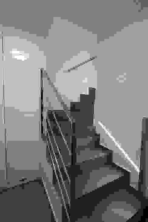 Ingresso, Corridoio & Scale in stile moderno di Novodeco Moderno