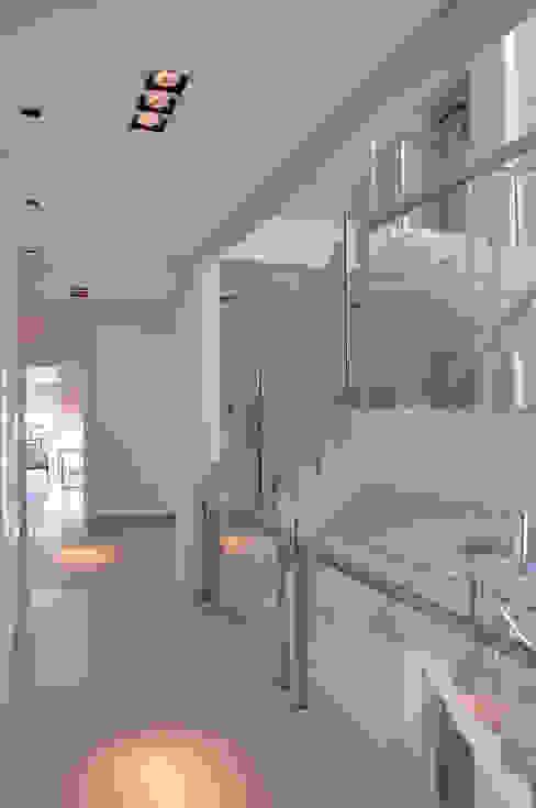 Hall de distribuição das suítes Corredores, halls e escadas modernos por A/ZERO Arquitetura Moderno