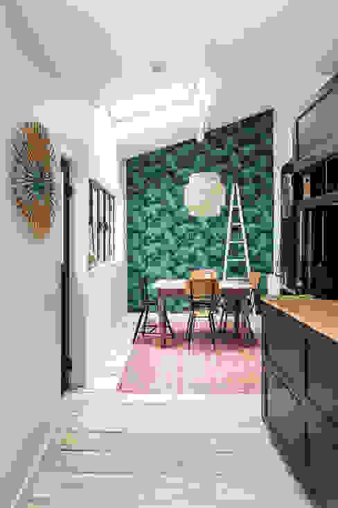 Nhà bếp phong cách nhiệt đới bởi Olivier Stadler Architecte Nhiệt đới