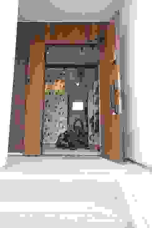 Pasillos y recibidores de estilo  por ジャストの家, Moderno