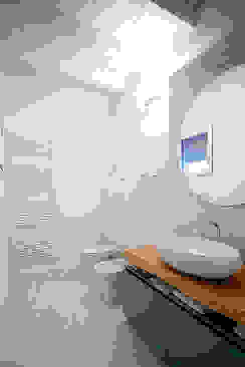 Minimalist style bathroom by CasaAttiva Minimalist