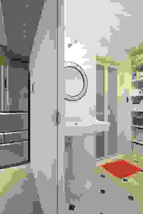 Industrial style bathroom by studio m+ by masato fujii Industrial