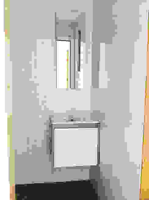 GAAPE - ARQUITECTURA, PLANEAMENTO E ENGENHARIA, LDA Baños de estilo ecléctico Azulejos Blanco