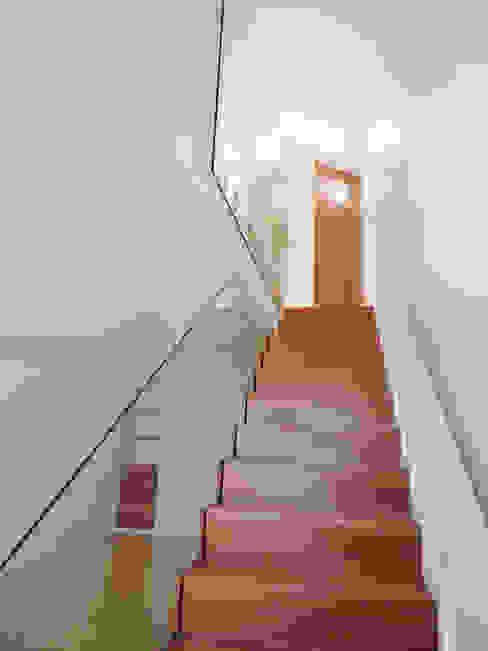 Escada - DEPOIS Corredores, halls e escadas ecléticos por GAAPE - ARQUITECTURA, PLANEAMENTO E ENGENHARIA, LDA Eclético Vidro