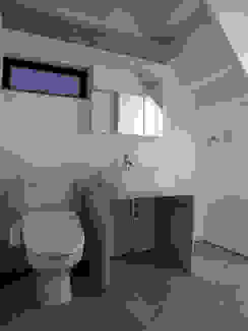 三鷹の家 モダンスタイルの お風呂 の 荘司建築設計室 モダン