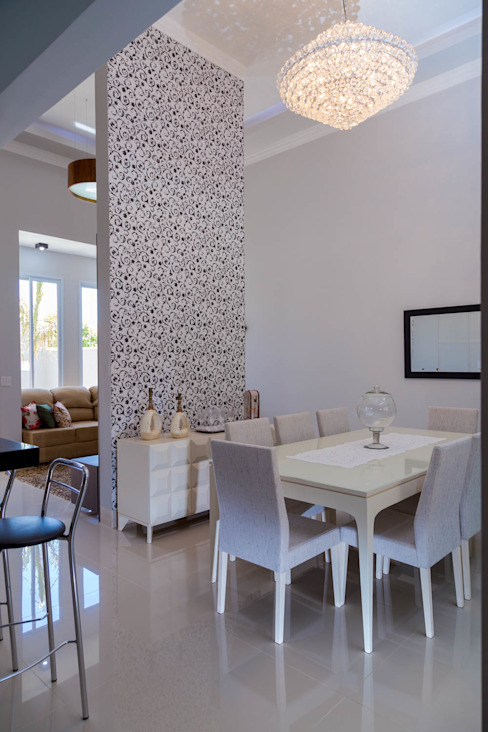 Dining room by ADRIANA MELLO ARQUITETURA, Classic
