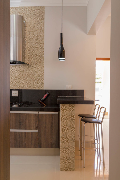 Kitchen by ADRIANA MELLO ARQUITETURA, Classic