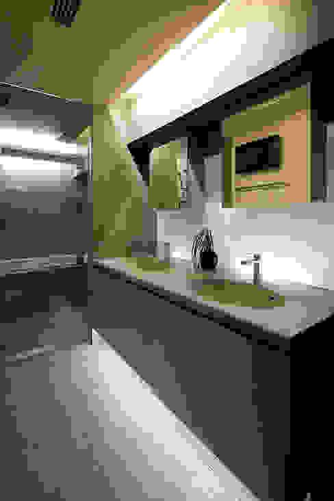 現代浴室設計點子、靈感&圖片 根據 藤村デザインスタジオ / FUJIMURA DESIGIN STUDIO 現代風 石器