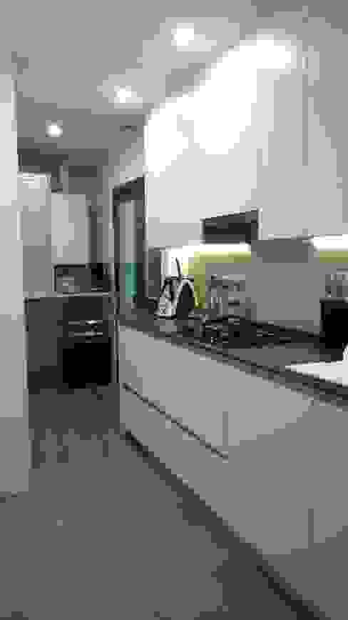 Conarte cocinas Modern kitchen White