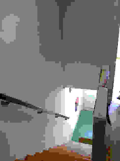 Acesso aos quartos/ escada - ANTES por GAAPE - ARQUITECTURA, PLANEAMENTO E ENGENHARIA, LDA Eclético
